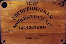 Le Ouija board est un jeu de société dans TAO et le Maître 220px-original_ouija_board
